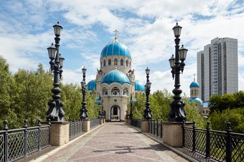 Москва Официальное мероприятие  Участие в божественной литургии и крестном ходе по случаю праздника Святой Троицы.